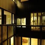 Ka邸(デッキテラスより中庭を通して寝室を見る)