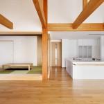松戸の家(リビングより客間、キッチンを見る)